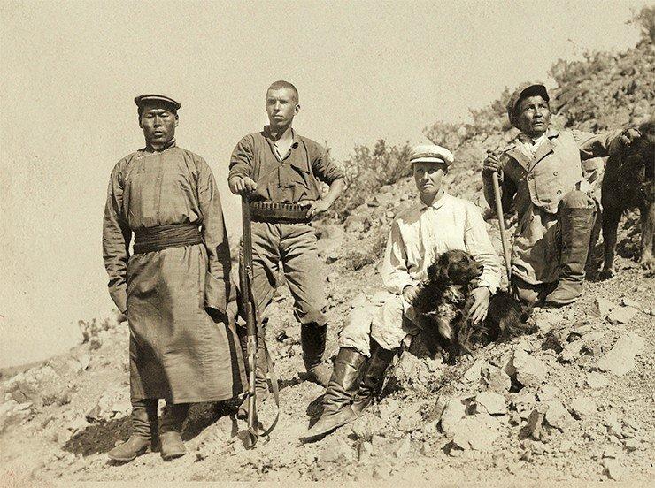 Е. В. Козлова вместе с участниками Монголо-Тибетской экспедиции. Монголия, Ихэ-Богдо, 1926 г. Фото из Музея-квартиры П. К. Козлова (Санкт-Петербург)