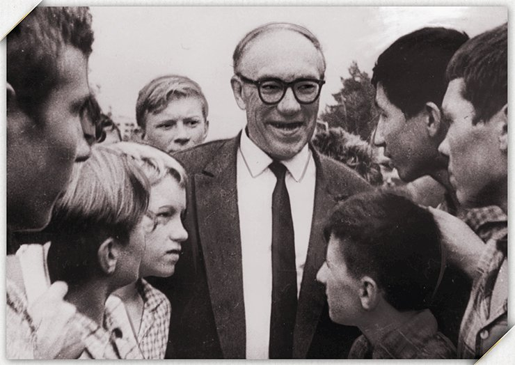 Mikhail A. Lavrentyev with schoolchildren of the School of Physics and Mathematics at Novosibirsk State University, 1960s. Photo from the NSU Museum