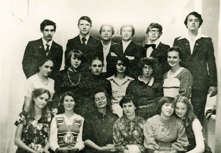 10th grade of School 1 in Kemerovo. Andrei is the first on the left in the third (upper) row; Elena is the second on the left in the first row with the medal