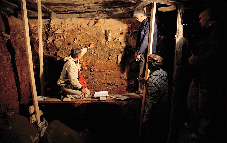 Для палеолитических слоев Денисовой пещеры уже получено около 170 датировок с использованием различных методов в лабораториях Европы и США. Судя по последним данным, пещера была заселена более чем 300 тыс. лет назад. На фото – отбор образцов для OSL-датирования в центральном зале пещеры. Фото С. Зеленского