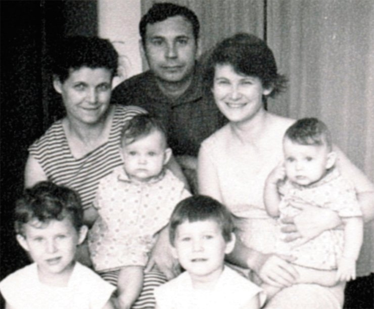 Elena (on the left in the front row) with her parents, grandmother and younger sisters. The grandmother Yunia Kaminskaya, the father Ivan Lebedinsky and the mother Elvira Lebedinskaya. To the right of Elena is her sister Veronika. The grandmother and mother are holding the twin sisters Eugenia and Valeria. Kemerovo, 1969