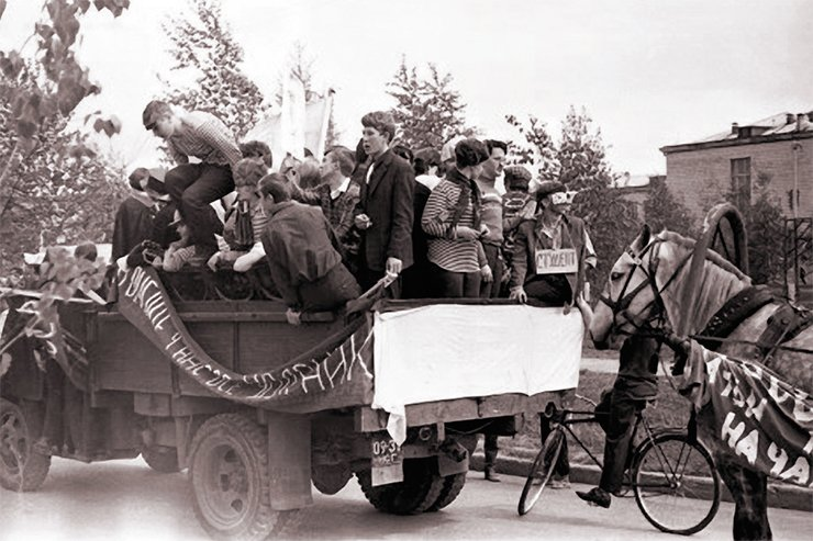 Participants of the carnival procession in the back of a truck in the Tereshkovoy Street near School 25 (now Gymnasium 3). Near the tailgate, at the center: Gennady Fridman. Photo by Yu. Shcheglov. SB RAS Photo Archive