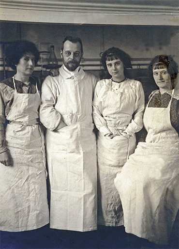 Félix d'Hérelle with his wife, Marie Claire (on the left of the scientist), and his younger daughter Huberta and elder Marcella (on the right). Paris, 1919. © Institut Pasteur – Musée Pasteur