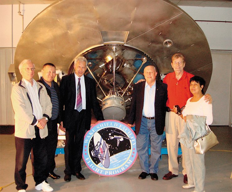 The American space laboratory with the molecular shield is preserved today as a historical relic at the Center for Advanced Materials at the University in Houston. The second person on the right is the developer of the experimental facility, university professor A. Ignat'ev