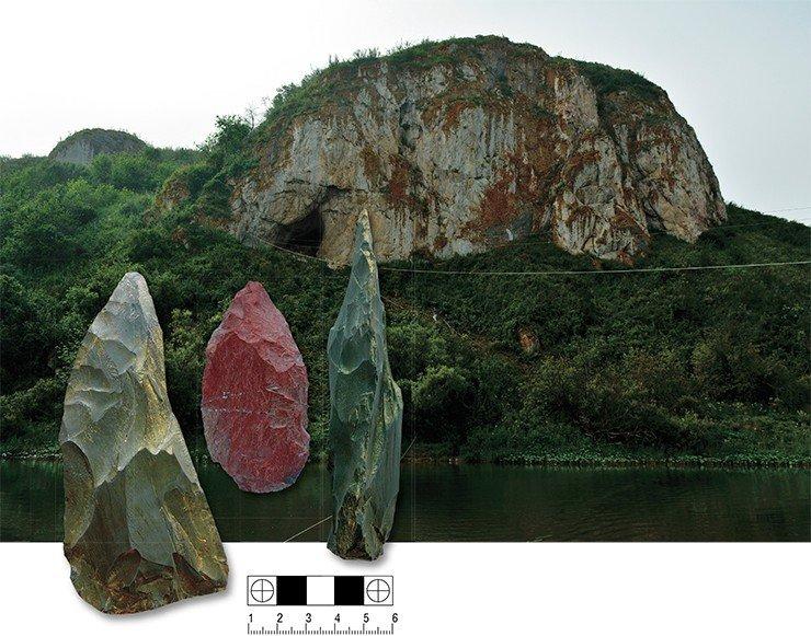 Чагырская пещера в Краснощековском районе (Алтайский край), где за последние 10 лет в отложениях возрастом 60—50 тыс. лет были найдены многочисленные каменные (слева) и костяные орудия, а также костные останки неандертальцев. Фото С. Зеленского и А. Федорченко