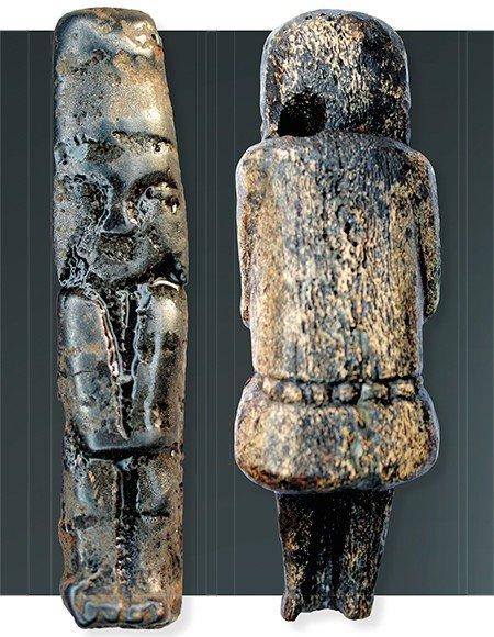 Подвеска в виде антропоморфной фигуры с птицей над головой (слева). Из раскопок Н. В. Федоровой, 2006 г.