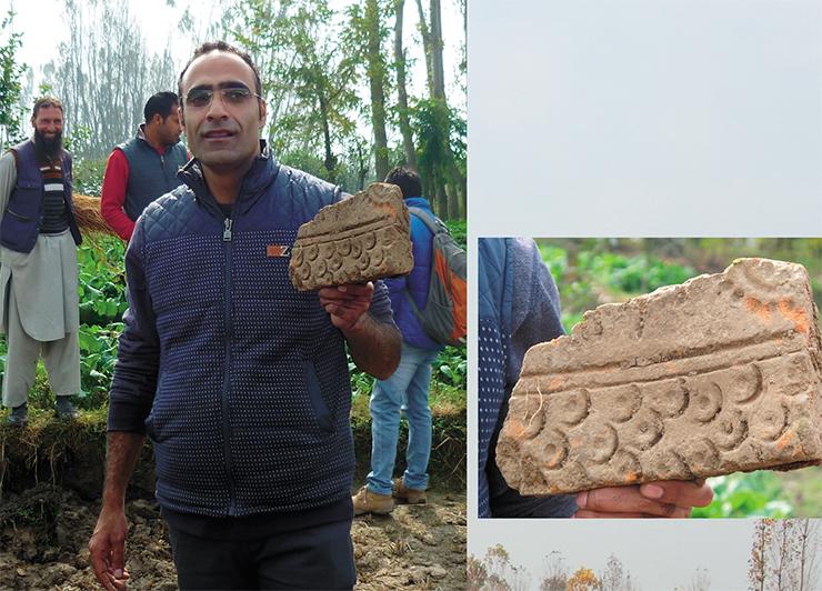 Д-р Мохамад Аджмал Шах держит в руке фрагмент терракотовой плитки, найденной на территории памятника Ахан. Такие плитки являются характерной особенностью памятников кушанского времени Кашмира и настоящими произведениями искусства