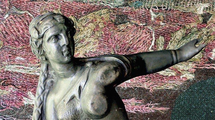 Изображение античной богини на серебряной бляхе из 20-го Ноин-Улинского кургана