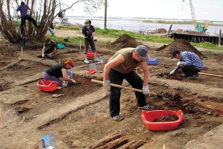 Археологические работы на Усть-Полуе были начаты В. С. Адриановым в 1935—1936 гг. Продолжены Ямальской археологической экспедицией под руководством Н. В. Федоровой в 1993—1995 гг. и возобновлены в 2006 г.
