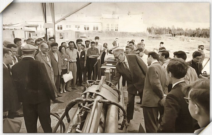 Mikhail A. Lavrentyev and Bogdan V. Voitsekhovsky (the man in a light-colored cap who stands with his back to the camera) at a hydrocannon. The mid-1960s. Photos from the SB RAS archive