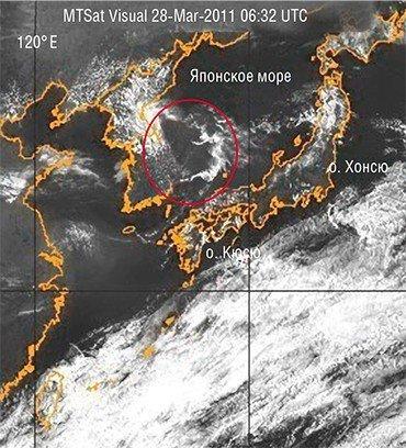 В течение трех часов над Японским морем сохранялось облако необычной конфигурации. Такая «облачность землетрясений» обусловлена выбросом флюидов из недр. Одновременно над мелкими островами южнее о. Кюсю возникла линейная аномалия. Фото сделано с геостационарного спутника NASA 28 марта 2011 г. (Naval Research Laboratory, Marine Meteorology Division, Monterey, CA)