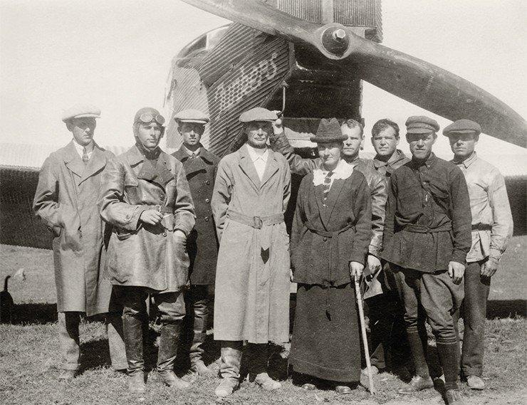 П. К. Козлов и Е. В. Козлова (в центре) перед полетом на «Юнкерсе». 14 сентября 1926 г. Улан-Батор, Монголия. Фото из Музея-квартиры П. К. Козлова (Санкт-Петербург)