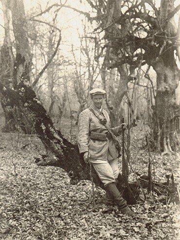 Первые уроки стрельбы из дробового ружья и навыки препарирования птиц для орнитологических коллекций Е. В. Козлова получила от своего мужа. Ленкорань, 1934 г.