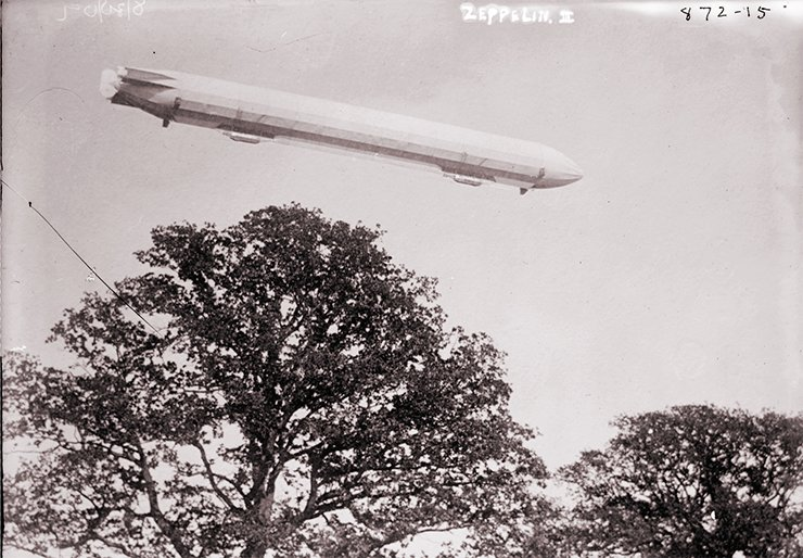 Zeppelin in flight, 1909. Library of Congress Prints and Photographs Division Washington, D.C. 20540 USA http://hdl.loc.gov/loc.pnp/pp.print