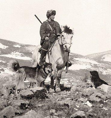 Несмотря на свой физический недостаток (врожденный вывих бедра), путешественница уверенно сидела в седле. Монголия, Ихэ-Богдо, 1926 г.
