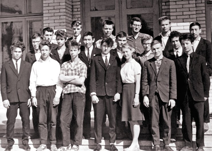 The first graduates of Novosibirsk SPM. The first one on the right in the first row: Gennady Fridman, 1964. SB RAS Photo Archive; photo from the SPM Museum