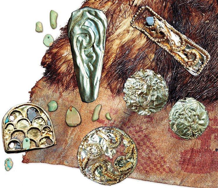 Из погребальной камеры 20-го кургана Ноин-Улинского могильника хунну, расположенной на глубине 18 м, были извлечены многочисленные предметы, сопровождавшие умершего в загробный мир. Среди них – украшения из золота и бирюзы, остатки шелковых и шерстяных одежд