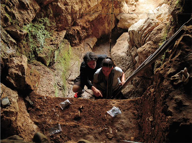 The leading specialists in radiocarbon dating Т. Higham and К. Douka (Oxford University, UK) in the Chagyrskaya Cave, home to Neanderthals. Photo by S. Zelensky