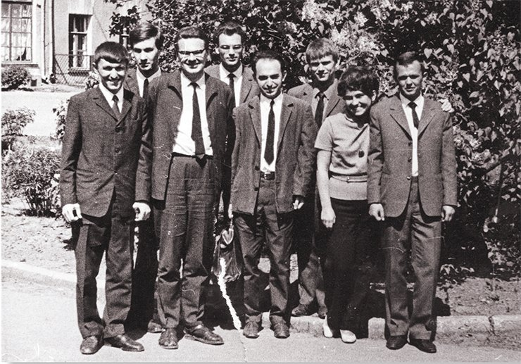 Diploma students and workers of the Institute of Chemical Physics, USSR AS: Candidate of Physics and Mathematics K. I. Zamaraev (third on the left); head of the radio spectroscopy laboratory, Doctor of Physics and Mathematics L. S. Lebedev (fifth on the left); and a fifth-year student of the Moscow Institute of Physics and Technology, V. Parmon (third on the right). Moscow, 1971