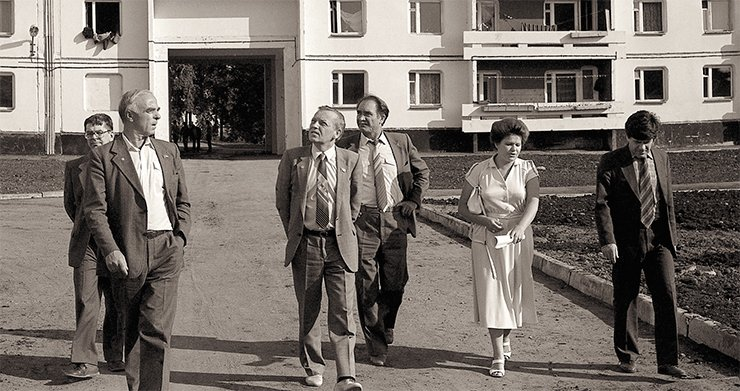 V. A. Koptyug inspects a housing construction site in Irkutsk Akademgorodok. To the left, the Chair of the Presidium INTs (Irkutsk Scientific Center) SB RAS N. A. Logachev and the director of Limnological institute RAS corresponding member M. A. Grachev. On the right of Koptyug is A. I. Kurbatov and permanent aide to the Chairman Candidate of Geology and Mineralogy V. D. Ermikov. June 1986